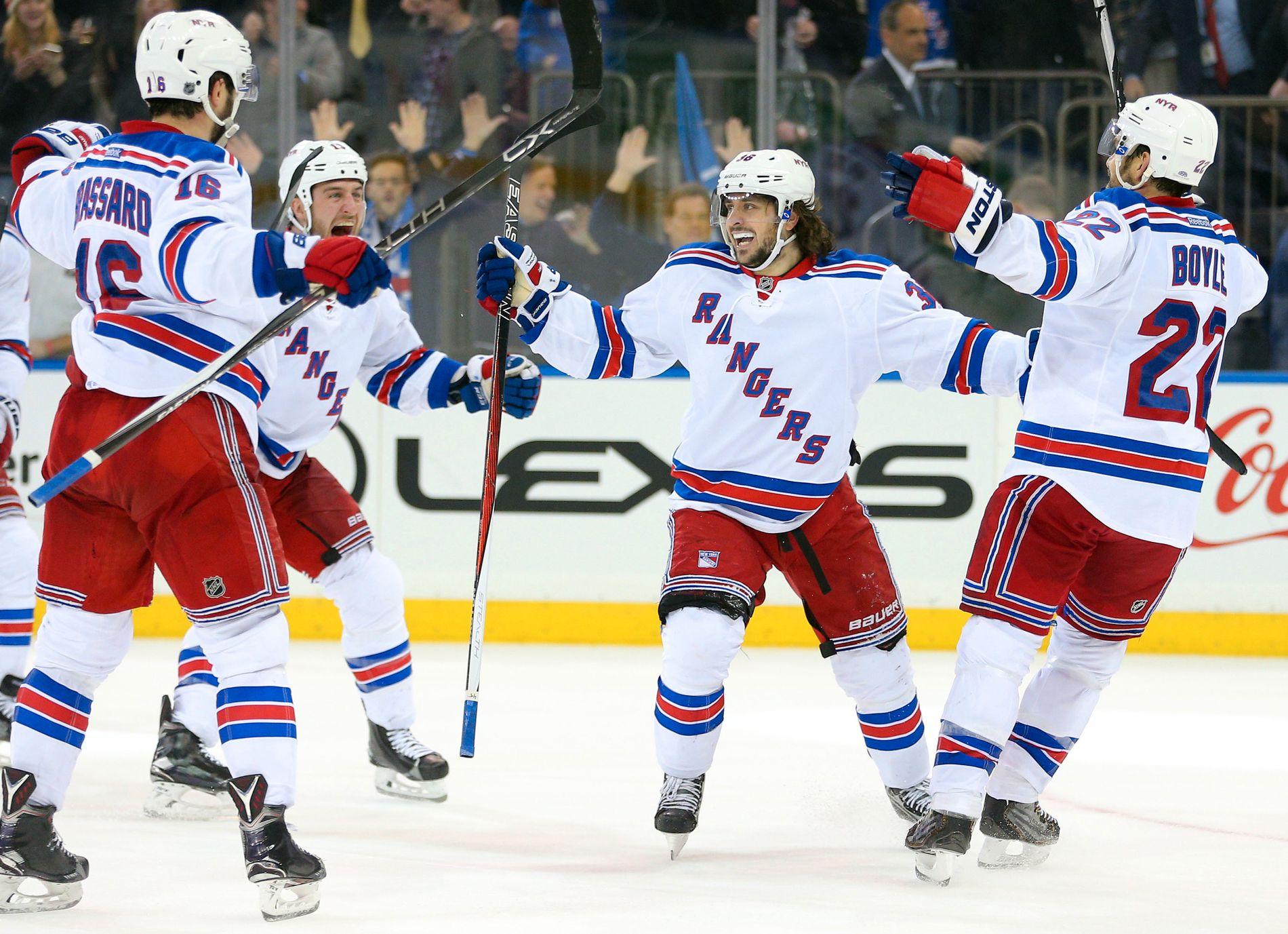 ZUCCA-GLEDE I NEW YORK: Mats Zuccarello blir gratulert av lagkameratene i New York Rangers etter å ha blitt matchvinner i spilleforlengelsen mot Anaheim Ducks i Madison Square Garden 22. desember i fjor.