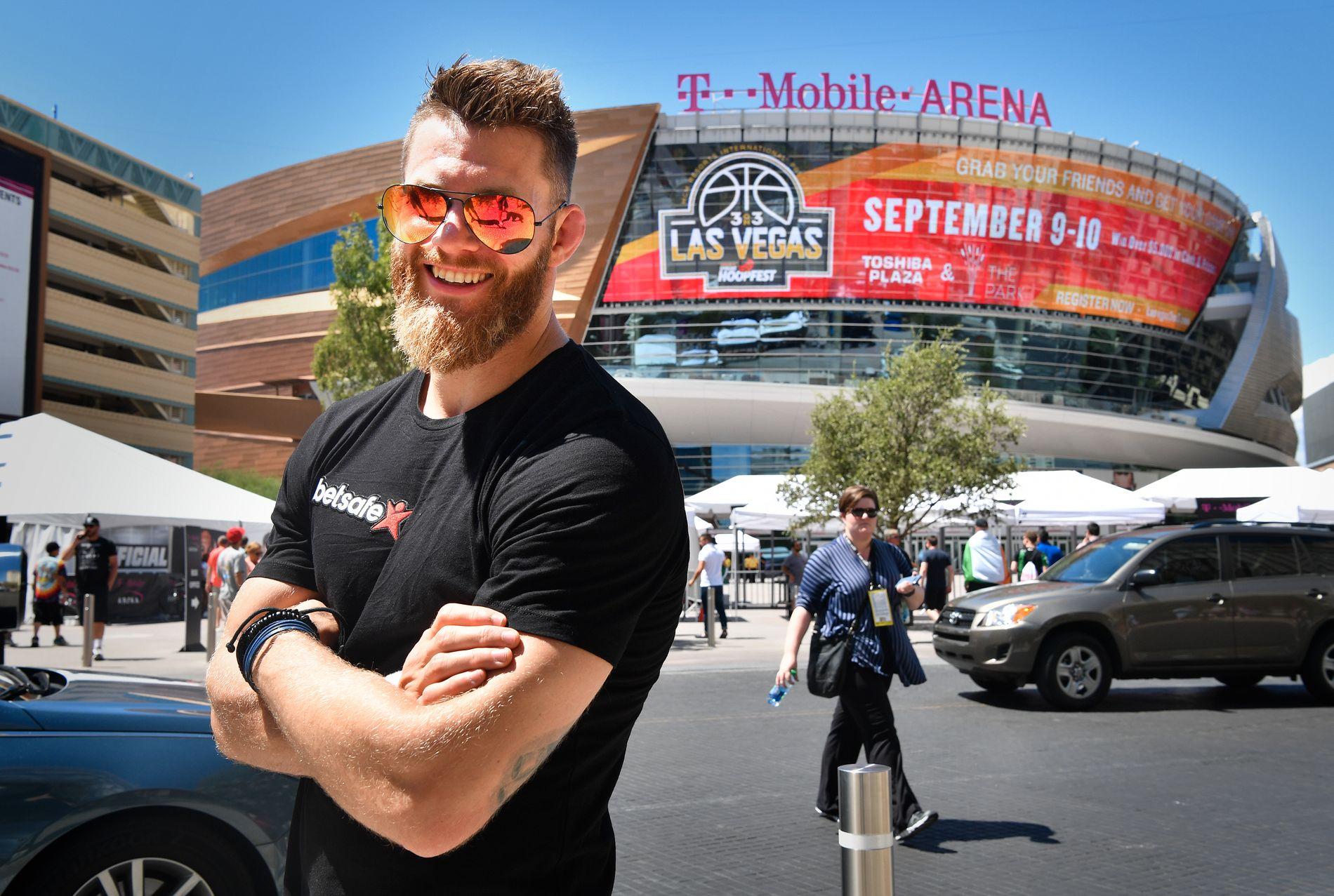 SÅ MCGREGOR LIVE: Emil Weber Meek var på plass i Las Vegas i august. Der så han boksekampen mellom McGregor og Floyd Mayweather.