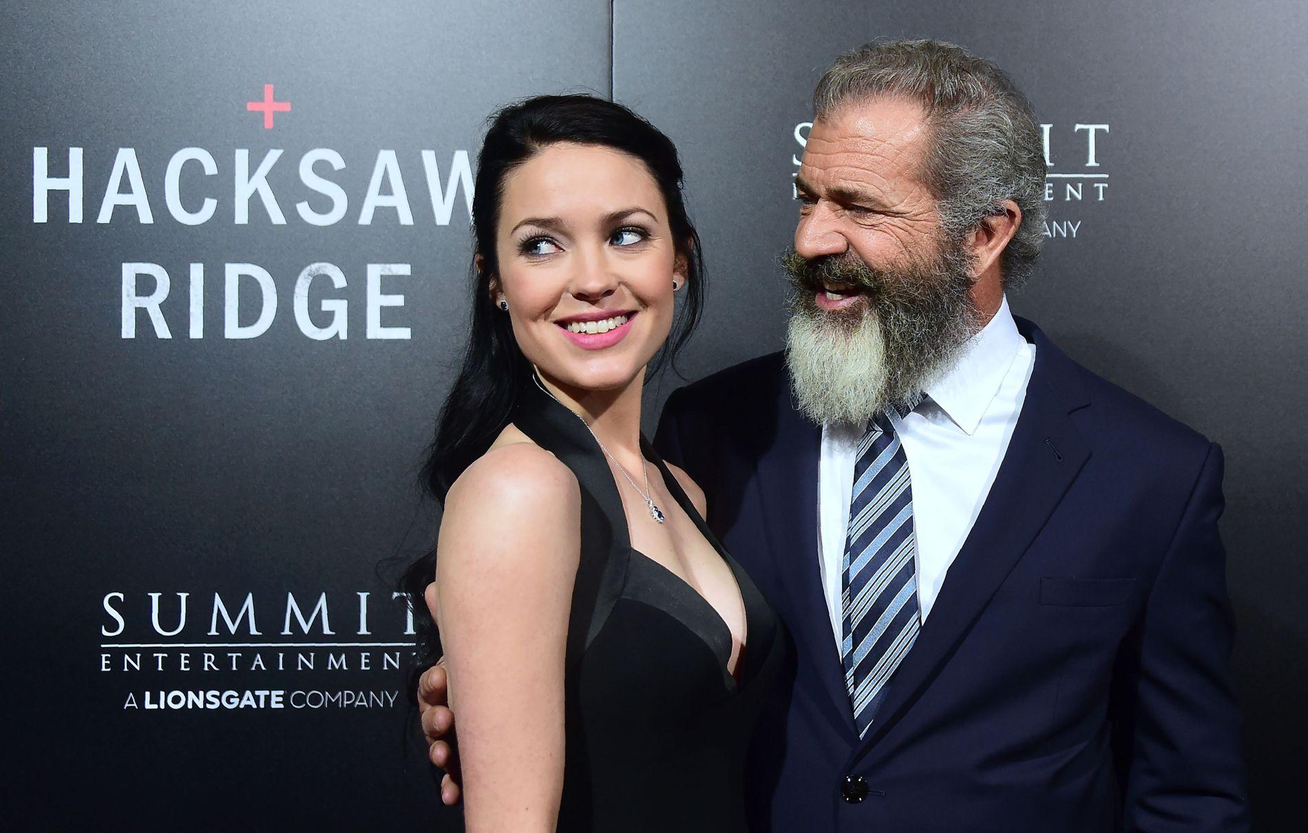 FORELSKEDE: Mel Gibson og kjæresten Rosalind Ross på rød løper i Beverly Hills i slutten av oktober.