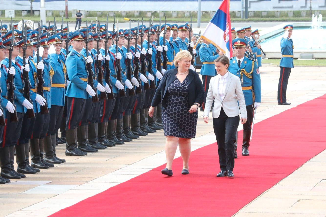 MEKTIGE DAMER: Statsminister Erna Solberg møtte mandag ettermiddag Serbias statsminister Ana Brnabic med soldater fra det serbiske forsvaret i stram giv akt ved den røde løperen.