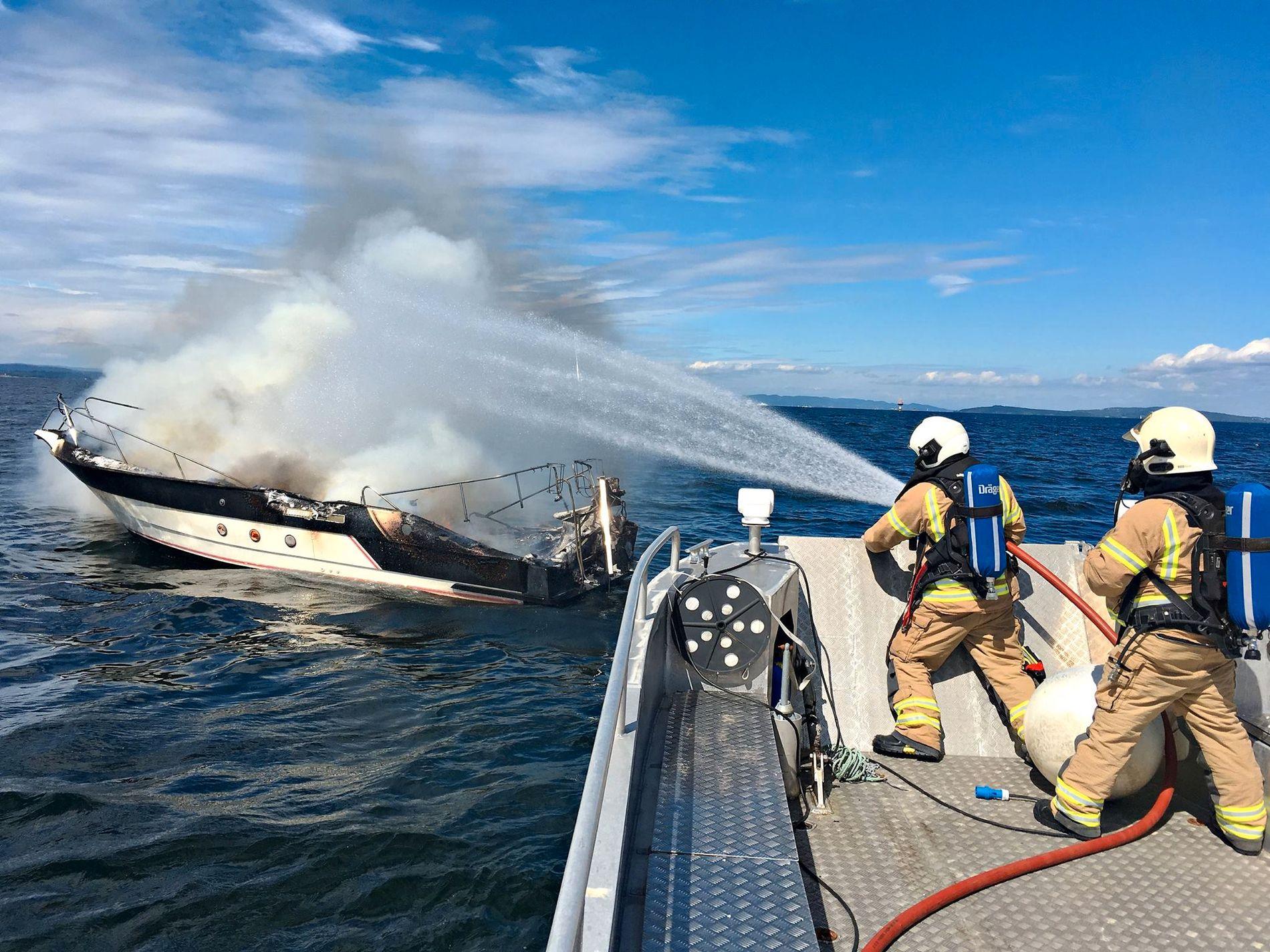 UTBRENT: Båten gikk ned etter at brannvesenet hadde slukket brannen.