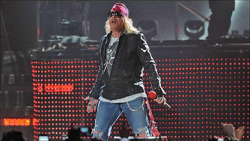 AVSLÅR: Guns N'Roses blir i helgen innlemmet i The Rock and Roll Hall of Fame, men det skjer uten bandets eneste originale medlem, Axl Rose, som avslår å bli innvalgt. Her på scenen i Miami i fjor høst. Foto: Wenn