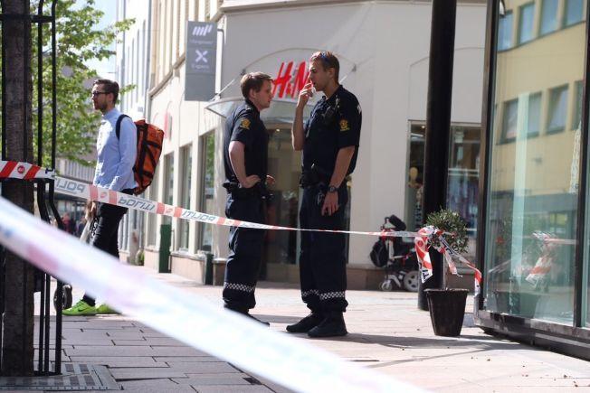 Politi står utenfor urmakerforretningen som fredag ettermiddag ble ranet i Drammen.