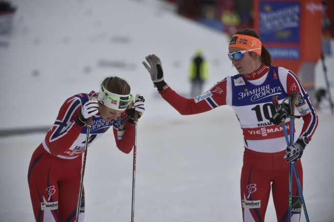 TAKK FOR MEG: Celine Brun-Lie (til høyre) gir lagvenninne Ingvild Flugstad Østberg en klapp under den individuelle sprinten på Falun-VMs første renndag.