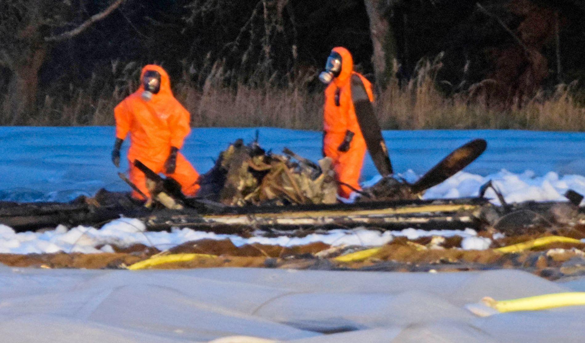 STYRT: Brannmannskaper jobber ved restene av flyet som styrtet i en aspargesåker i Tyskland søndag.