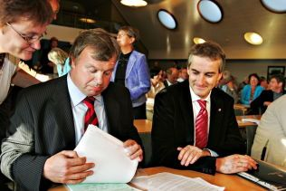 NÆRE KOLLEGER: Tidligere helseminister Bjarne Håkon Hanssen og tidligere utenriksminister Jonas Gahr Støre under et møte i Arbeiderpartiets stortingsgruppe i september 2006, hvor de diskuterte sykelønnsordningen.