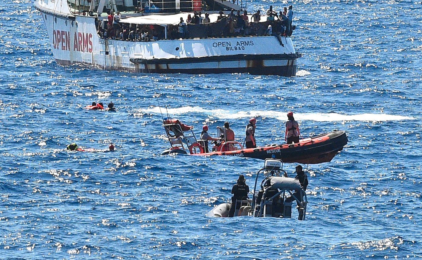 PÅ SVØM: Migranter i sjøen etter at å ha hoppet fra den spanske redningsskipet tirsdag.