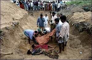 MASSEGRAV: Innbyggerne i Cuddalore i nærheten av Madras ble kanskje verst rammet av alle i India. Mandag begravde de sine døde i massegraver. Foto: AFP