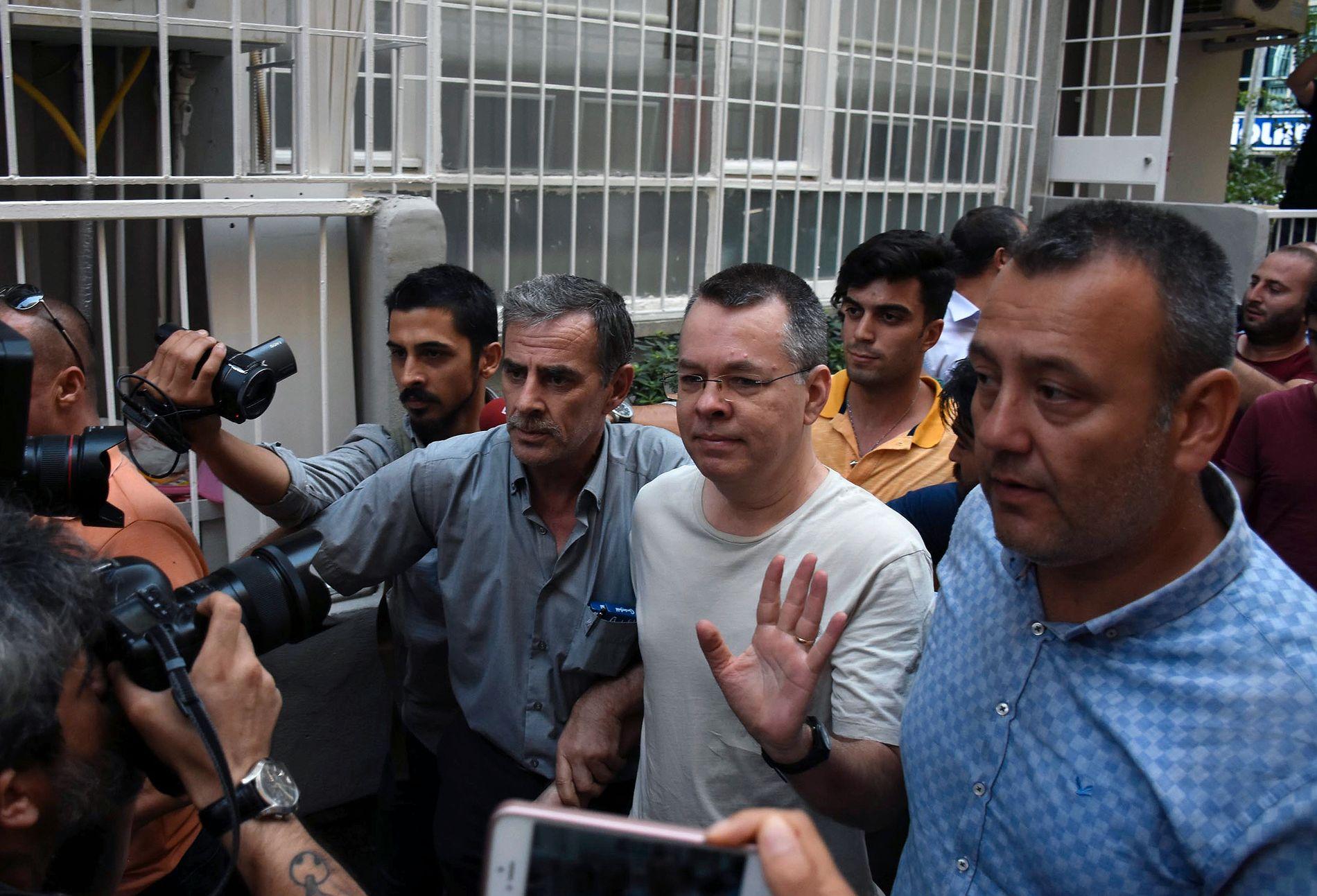 Den amerikanske pastoren Andrew Brunson (midten) ble onsdag flyttet fra fengsel til husarrest på grunn av helseproblemer, ifølge det tyrkiske nyhetsbyrået Anadolu.