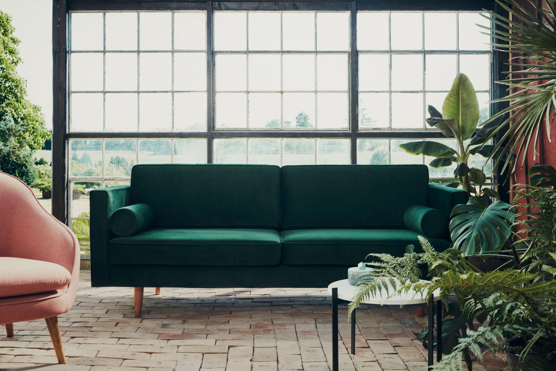 GRØNT I VINDEN: Velur er et trendy materiale om dagen, og denne tresetere i mørk grønn fås også i andre farger. Harper er en treseter og koster 8999 kroner.