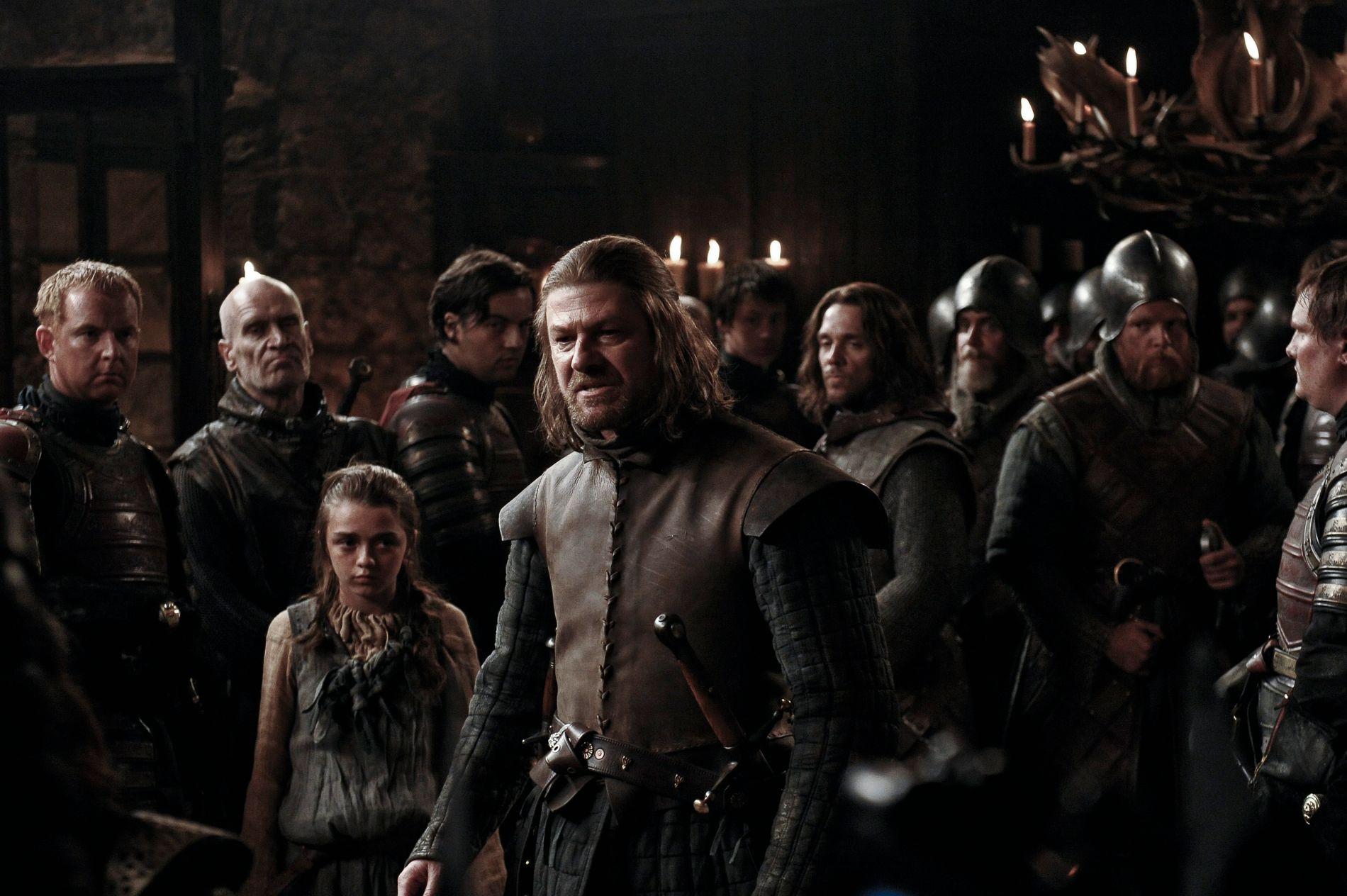 STARK: Eddard (Ned) Stark (Sean Bean) i forgrunnen med datteren Arya (Maisie Williams) til venstre.