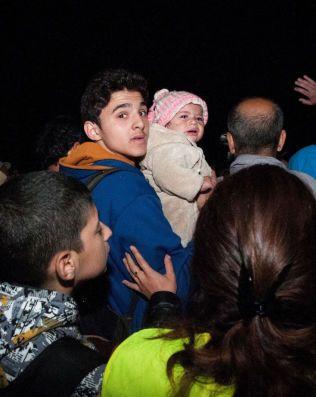 FORTVILELSE: En ung mann med sin datter på armen forsøker gjentatt ganger å komme ombord i bussen som tar flyktningene til den østerriske grensen.