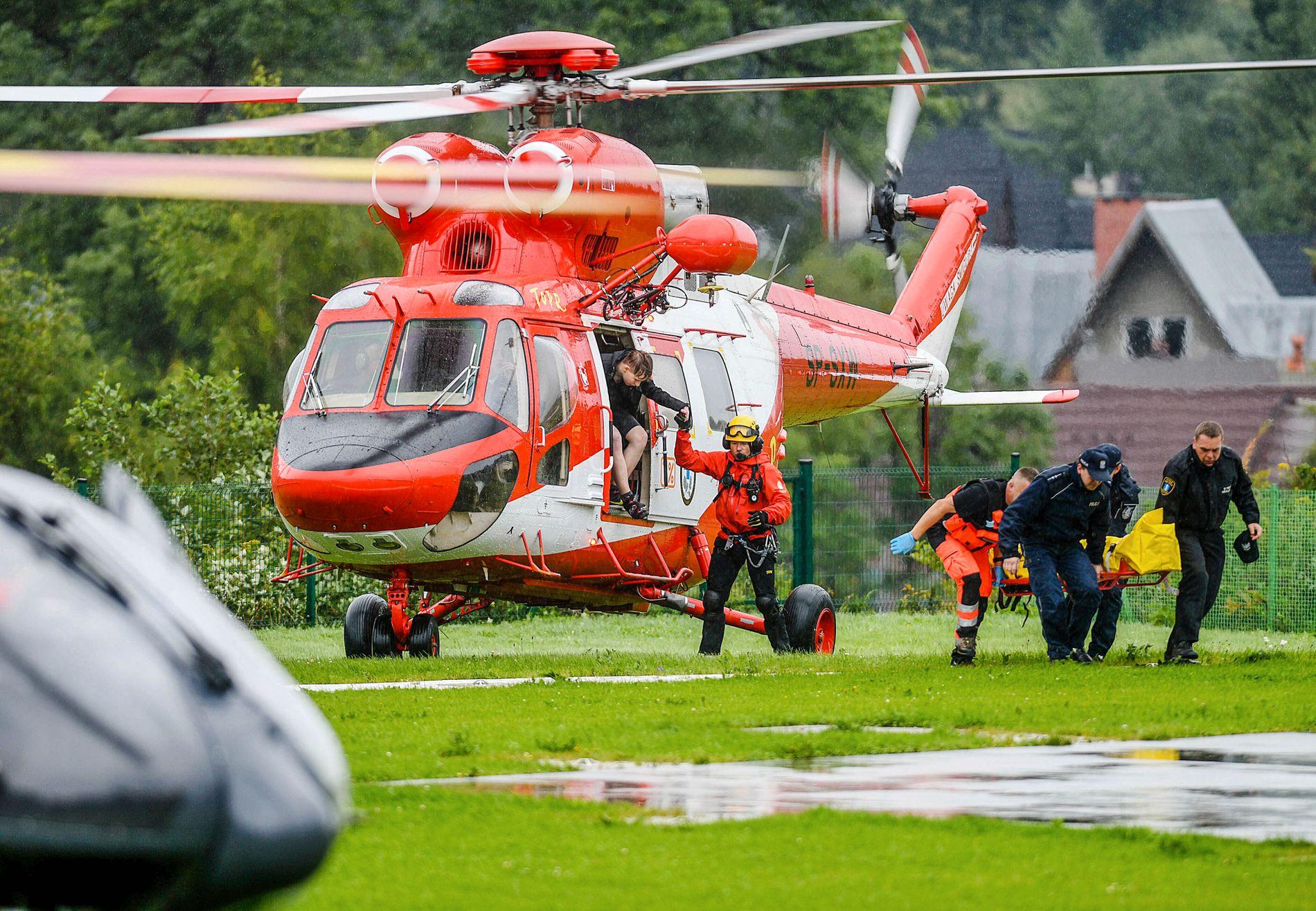SYKEHUS: Redningshelikoptere har fløyet de første ofrene til sykehus.