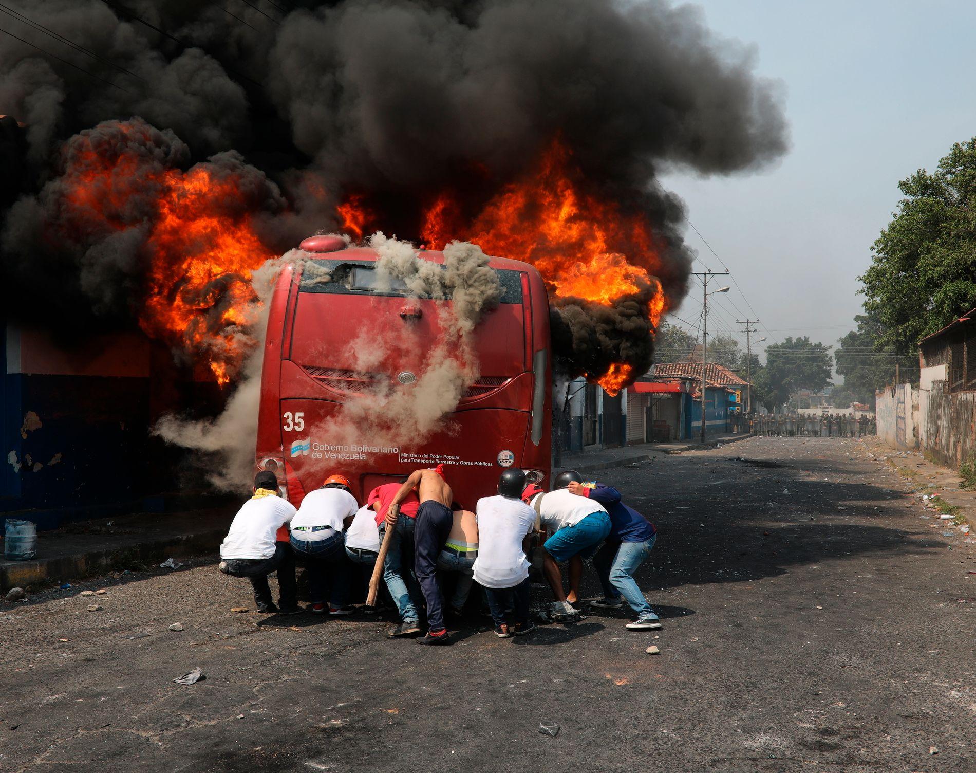 OPPTØYER: Demonstranter i byen Urena har satt fyr på en buss, venezuelanske soldater har svart med å avfyre tåregassgranater.
