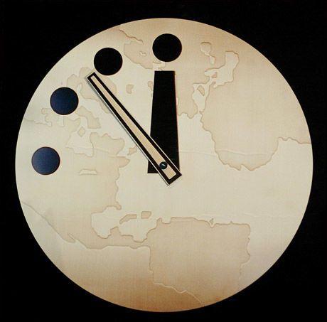 ENDRET: Dommedagsklokka da den var sju på tolv i 2002. Nå, i januar 2010, er klokka stilt til seks minutter på tolv. Klokka tolv er det dommedag og verdens ende. Foto: AFP