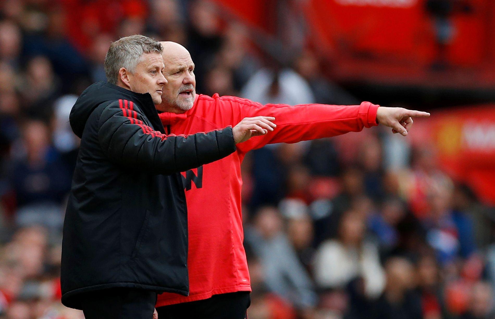 KAN FÅ NY ROLLE: Assistenttrener Mike Phelan (t.h.), som aldri er langt unna Ole Gunnar Solskjær under Manchester Uniteds kamper, kobles til en rolle som ny «teknisk direktør» i klubben.