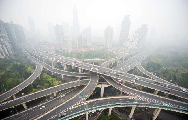 EKSTREM LUFT: Kina kommer til å forplikte seg til å få kontroll på sine CO2-utslipp under klimatoppmøtet i Paris. USA har lovet å redusere sine utslipp - noe som kan gjøre klimamøtet historisk. Bildet er fra 19. april i år i Shanghai, Kina - og viser sterk luftforurensning og høy biltrafikk.