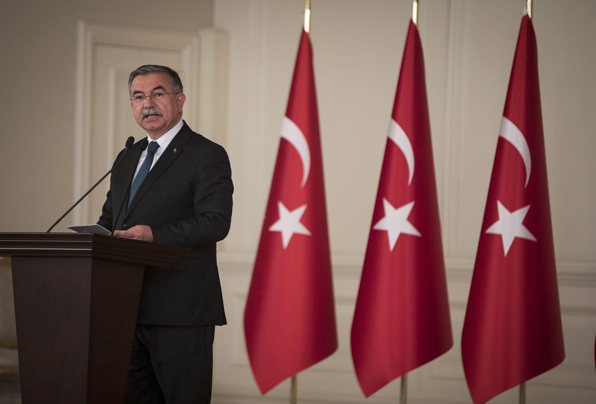 FORKLARER JIHAD: Undervisningsminister İsmet Yılmaz, som har en fortid som forsvarsminister, vil at tyrkiske skolebarn skal lære sannheten om «hellig krig».