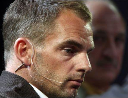 - BLIR VANSKELIG: Ronald de Boer tviler på at Nederland er i stand til å komme seg videre fra gruppespillet. Foto: AFP