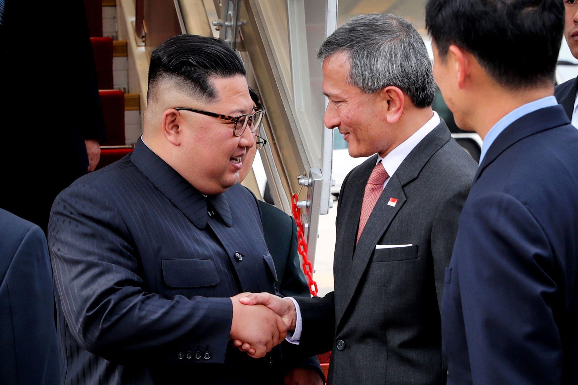 VELKOMMEN: Den første av de to hovedpersonene under det historiske Singapore-møtet, Kim Jong-un, ble lørdag ettermiddag ønsket velkommen av Singapores utenriksminister Vivian Balakhrisnan