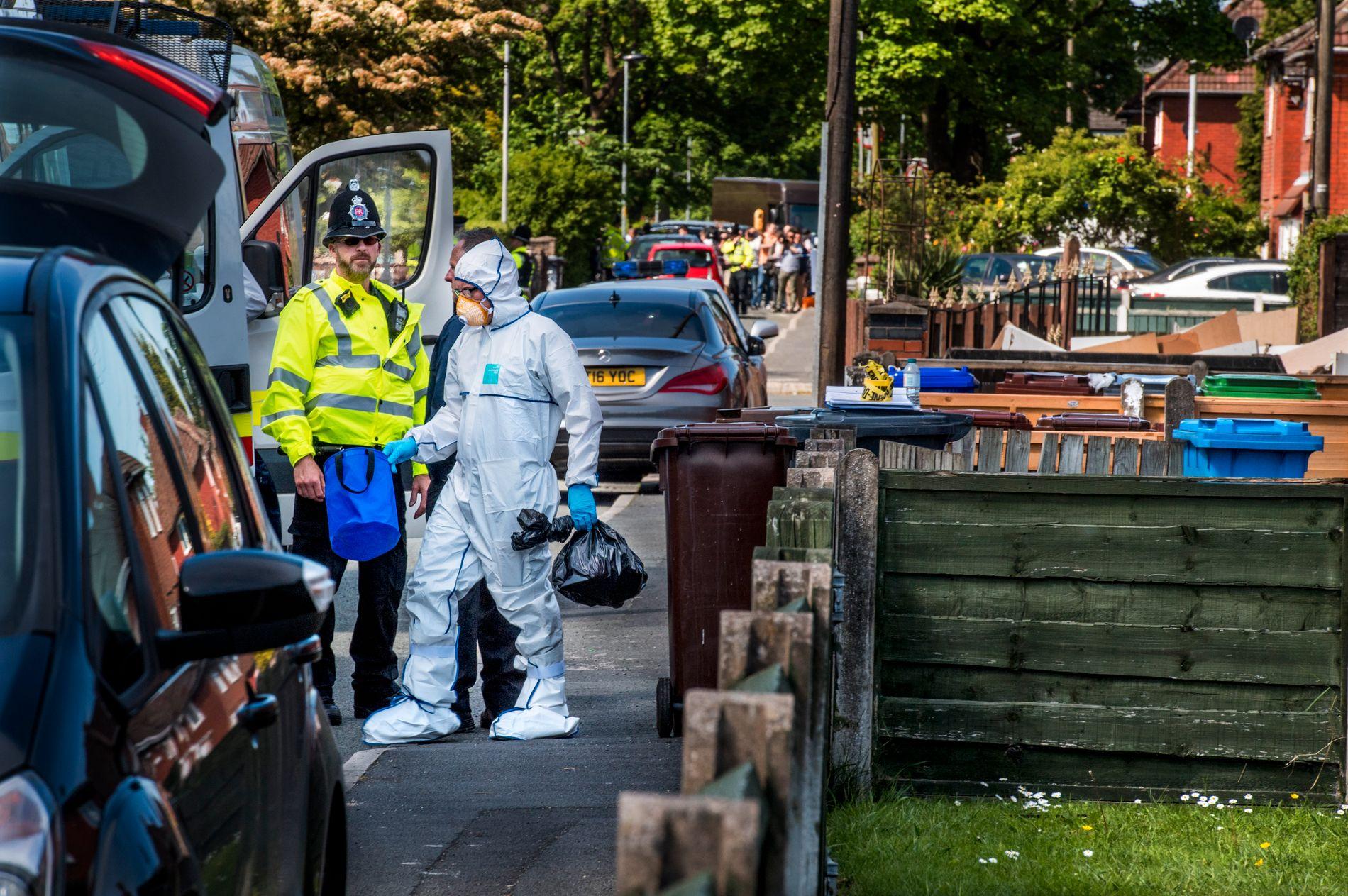POLITIAKSJON. Teknikere undersøker det som skal være boligen til selvmordsbomberen.