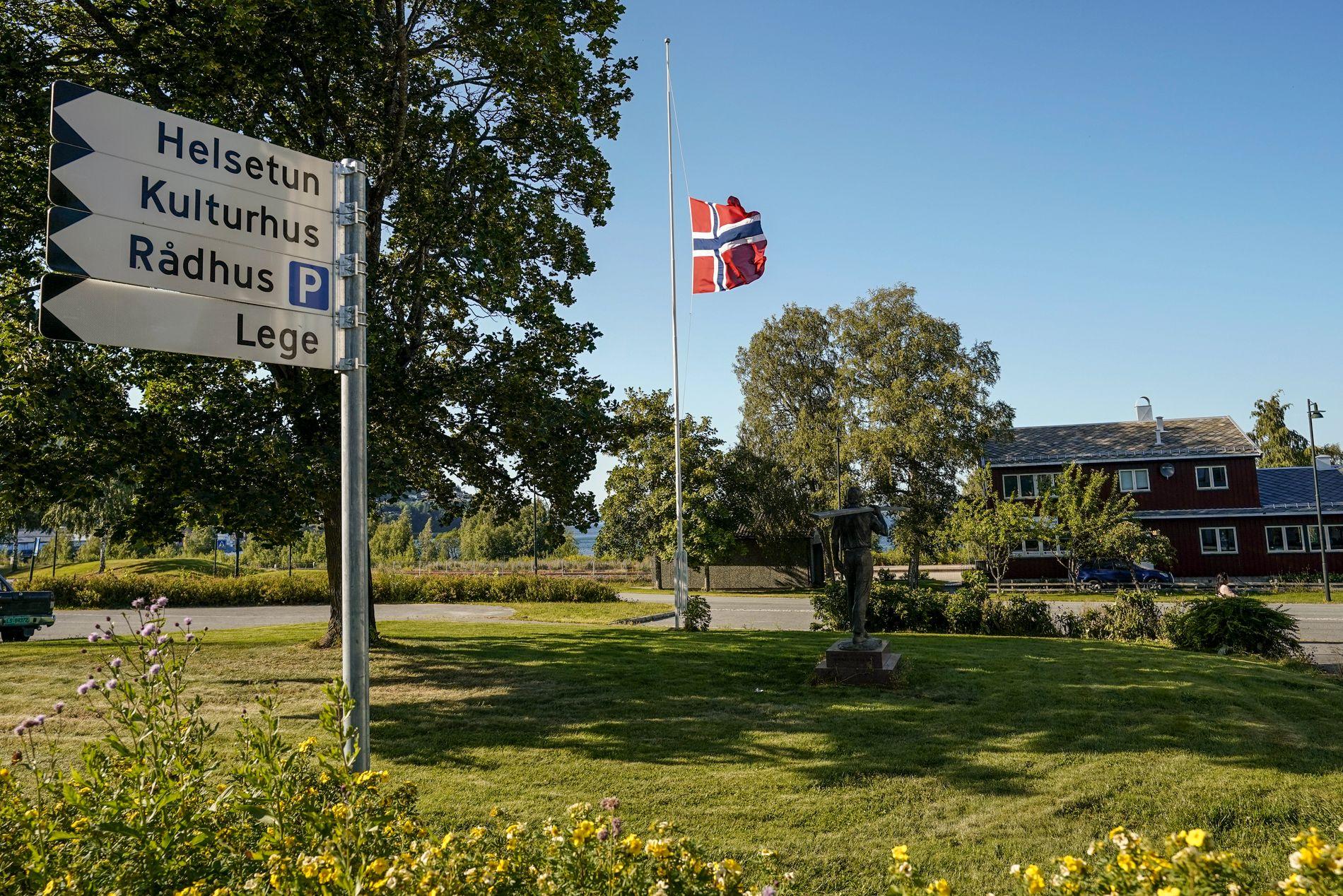 PÅ HALV STANG: På plenen utenfor rådhuset i Malvik er flagget heist på halv stang i sorg.