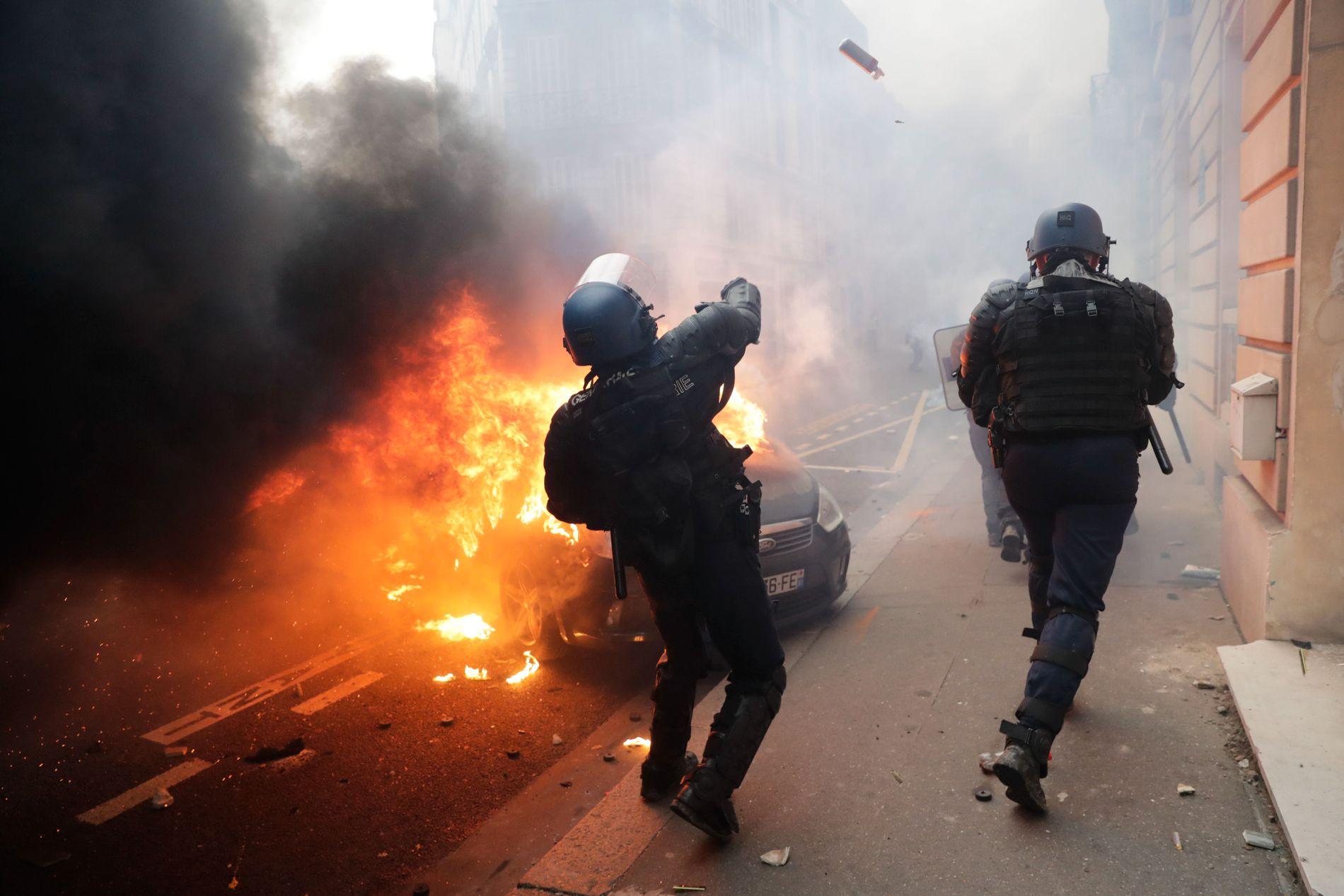 I FYR: Fransk opprørspoliti barket sammen med demonstranter flere steder i Frankrike lørdag. Dette bildet er fra Paris.