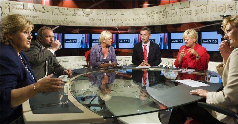 DEBATT: Partilederne (fra venstre) Erna Solberg (Høyre), Lars Sponheim (Venstre), Siv Jensen (Fremskrittspartiet), Jens Stoltenberg (Arbeiderpartiet) og Kristin Halvorsen (Sosialistisk Venstreparti) etter opptaket av mandagens partilederdebatt i Tabloid på TV 2. Helt til høyre prgramleder Trude Teige. Foto: Scanpix