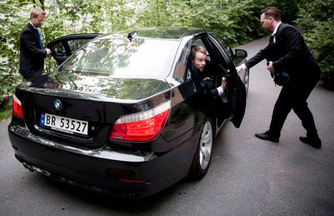BLIR KJØRT: Kunnskapsminister Torbjørn Røe Isaksen og helseminister Bent Høie på vei inn i en statsråd-limousine.
