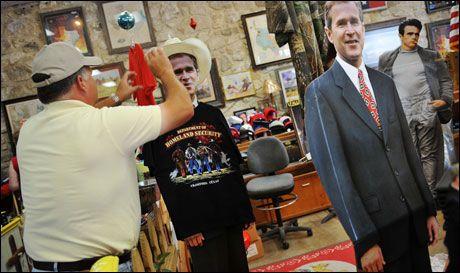 SUVERNIR: I Crawford kan du få kjøpt det meste innen Bush-suvernirer. Foto: AFP