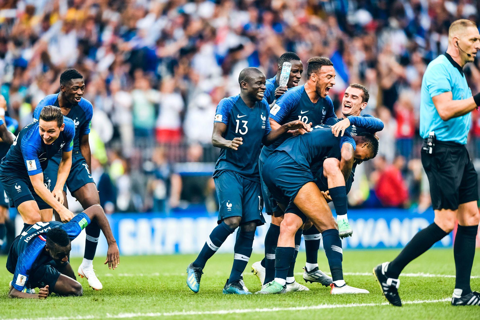 ELLEVILL SEIERSJUBEL: Frankrike-spillerne omfavner hverandre etter at sluttsignalet i Moskva går. De er naturligvis i ekstase etter å ha vunnet finalen.