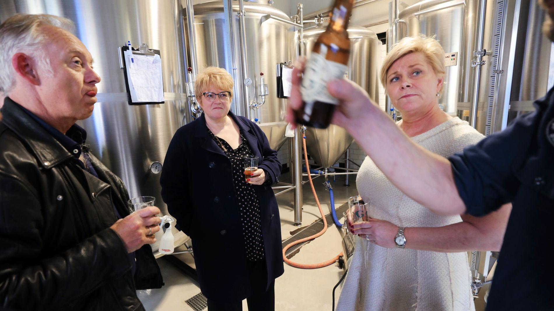 SER STERK SALGSØKNING: Direktør Petter Nome (t.v.) i Bryggeriforeningen, her sammen med kulturminister Trine Skei Grande og finansminister Siv Jensen i forbindelse med regjeringens avgiftskutt til mikrobryggerier i revidert statsbudsjett.