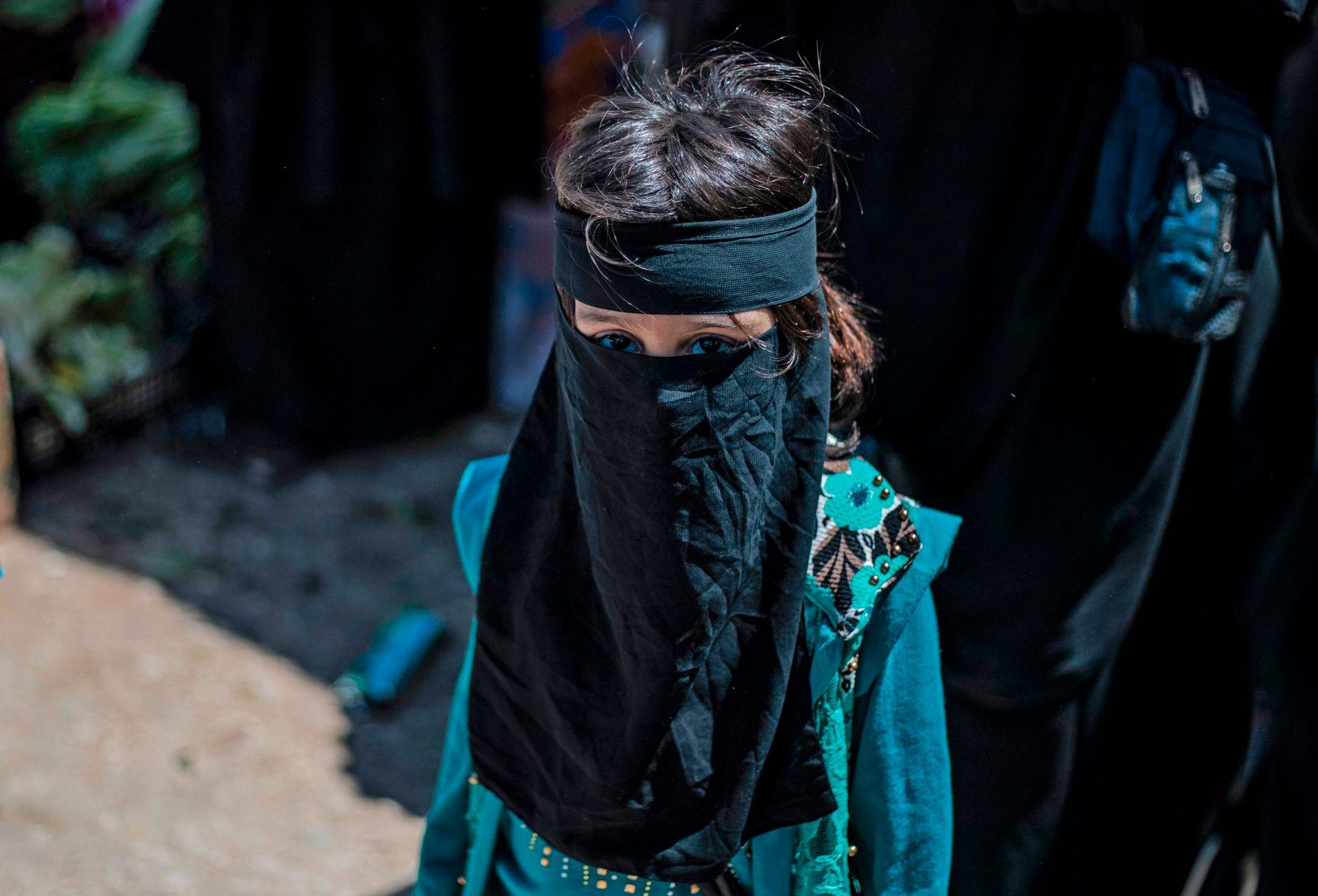 AL-HOL: Kurdiske styrker styrer flyktningeleiren der over 80. 000 IS-koner og deres barn bor.
