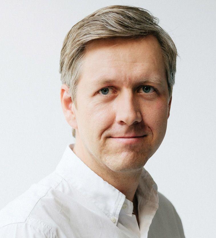 LEGE OG DAGLIG LEDER: Nicolai Skarsgård.