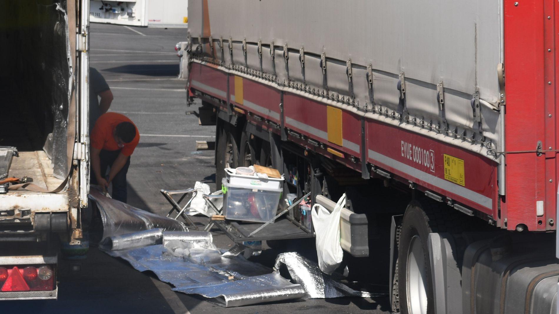 Sjåførene fikser ofte på lastebilene på egen hånd, fordi verkstedreparasjoner er dyrt.