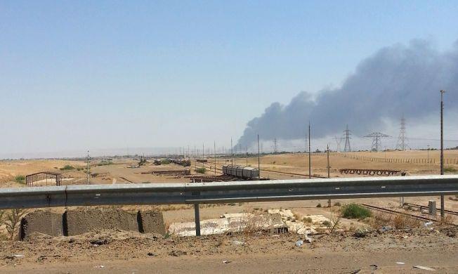 OKKUPERT: ISIL har tatt kontroll over Al Muthanna-anlegget, som tidligere har vært et anlegg for produksjon av kjemiske våpen. Bildet viser røyk som stiger fra oljeraffineriet Baiji, nord for Bagdad, som ble okkupert torsdag.