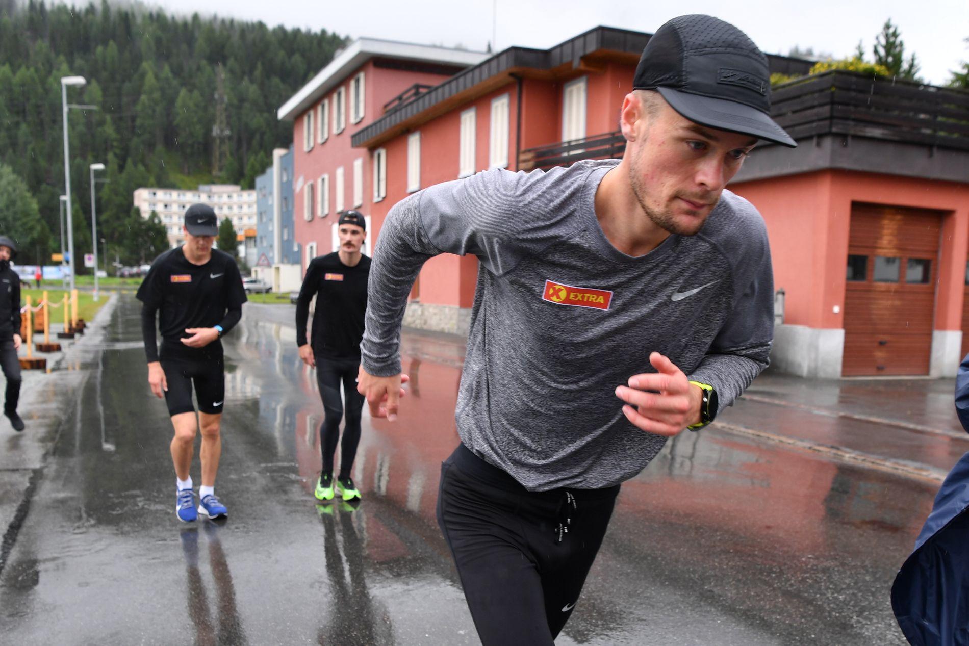 KLAR FOR VM-TEST: Filip Ingebrigtsen løper 1500 meter i Paris lørdag, sammen med og mot lillebror Jakob (bak sammen med Henrik). Bildet er fra brødrenes faste treningssted St. Moritz tirsdag for fire dager siden.