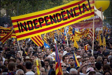 DEMONSTRASJON: Politiet i Barcelona anslår at så mange som 1,1 millioner mennesker deltok i demonstrasjonen lørdag kveld. Katalanerne krever uavhengighet fra Spania Foto: AP