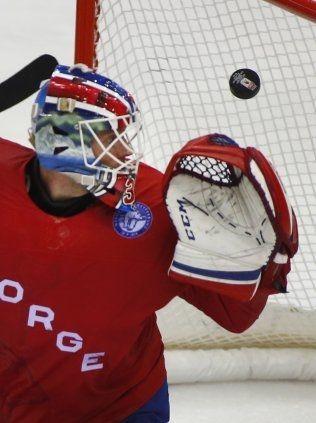 SLAPP INN: Lars Haugen ser på at pucken går i mål bak ham. Foto: NTB Scanpix