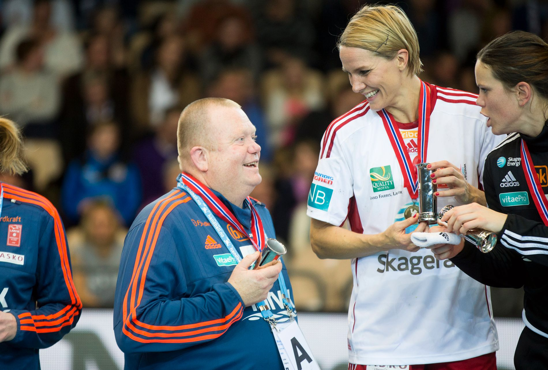 FERDIG: Tor Odvar Moen, Larvik-trener, er ferdig i klubben etter sesongen. Her feirer han et cupgull med Gro Hammerseng-Edin. Hun la opp etter sist sesong.