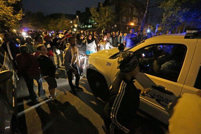 SAMLET SEG: Her har demonstrantene samlet seg like ved stedet hvor 18-åringen ble skutt og drept i natt.