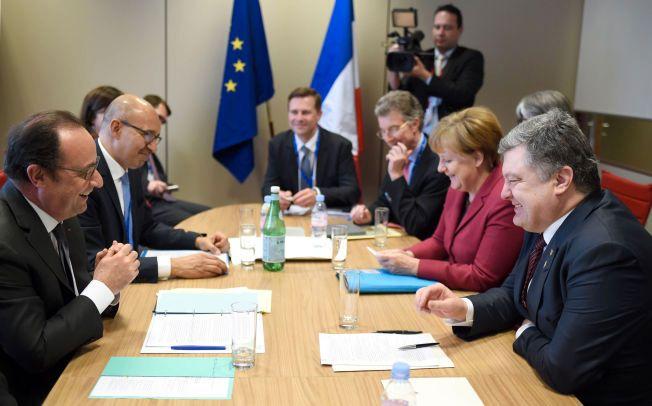ENIGE: Her er blant annet Frankrikes president Francois Hollande, Ukrainas president Petro Poroshenko og Tysklands statsminister Angela Merkel under et EU-møte torsdag.