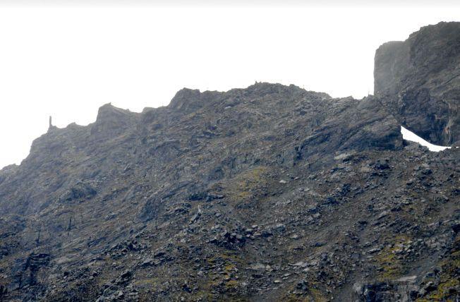 """STÅR FORTSATT: Fjellet Mannen i Romsdal står fortsatt til tross for 5-6 cm utgliding i døgnet. Steiformasjonen til venstre i bildet er opphavet til navnet """"Mannen""""."""