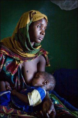 AMMER: En kvinne på en UNICEF-klinikk i Tsjad sitter og ammer barnet sitt. Foto: Reuters