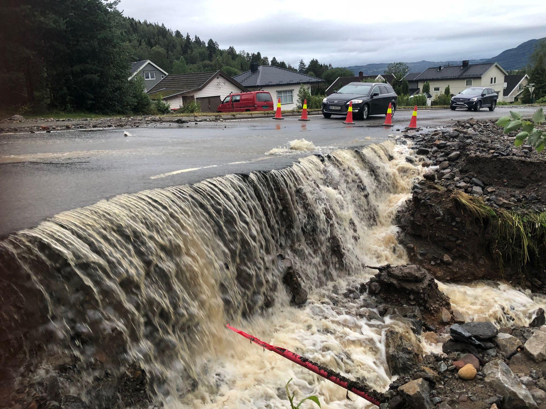 FLOM: Store nedbørsmengder førte til flom og oversvømmelse i Brumunddal natt til tirsdag. Bildet er fra Nordåsvegen.
