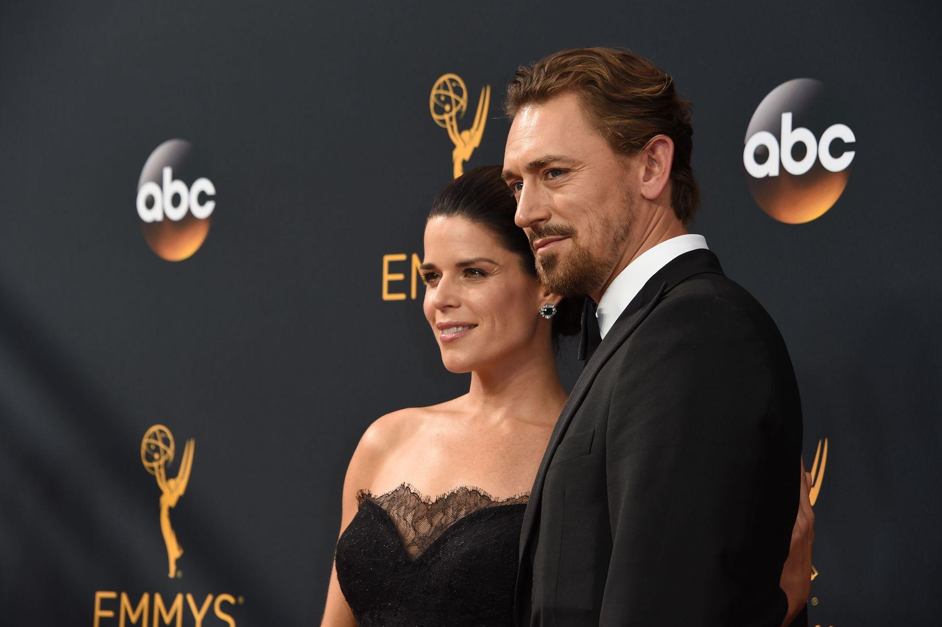 SKUESPILLERPAR: Neve Campbell og JJ Field på Emmy-utdelingen i september 2016.