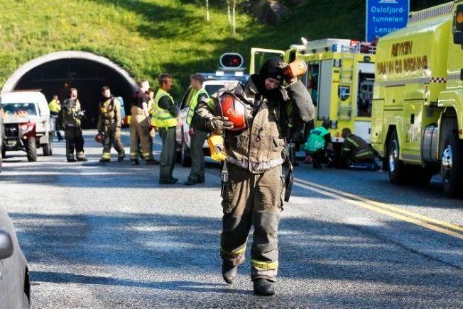 OSLOFJORDTUNNELEN: Mange norske tunneler oppfyller ikke EUs tunnelsikkerhetsforskrift. I juni 2011 sto et vogntog lastet med papir i full fyr i bunnen av den undersjøiske Oslofjordtunnelen. 30 personer befant seg inne i tunnelen. Her fra redningsaksjonen på Røykensiden.