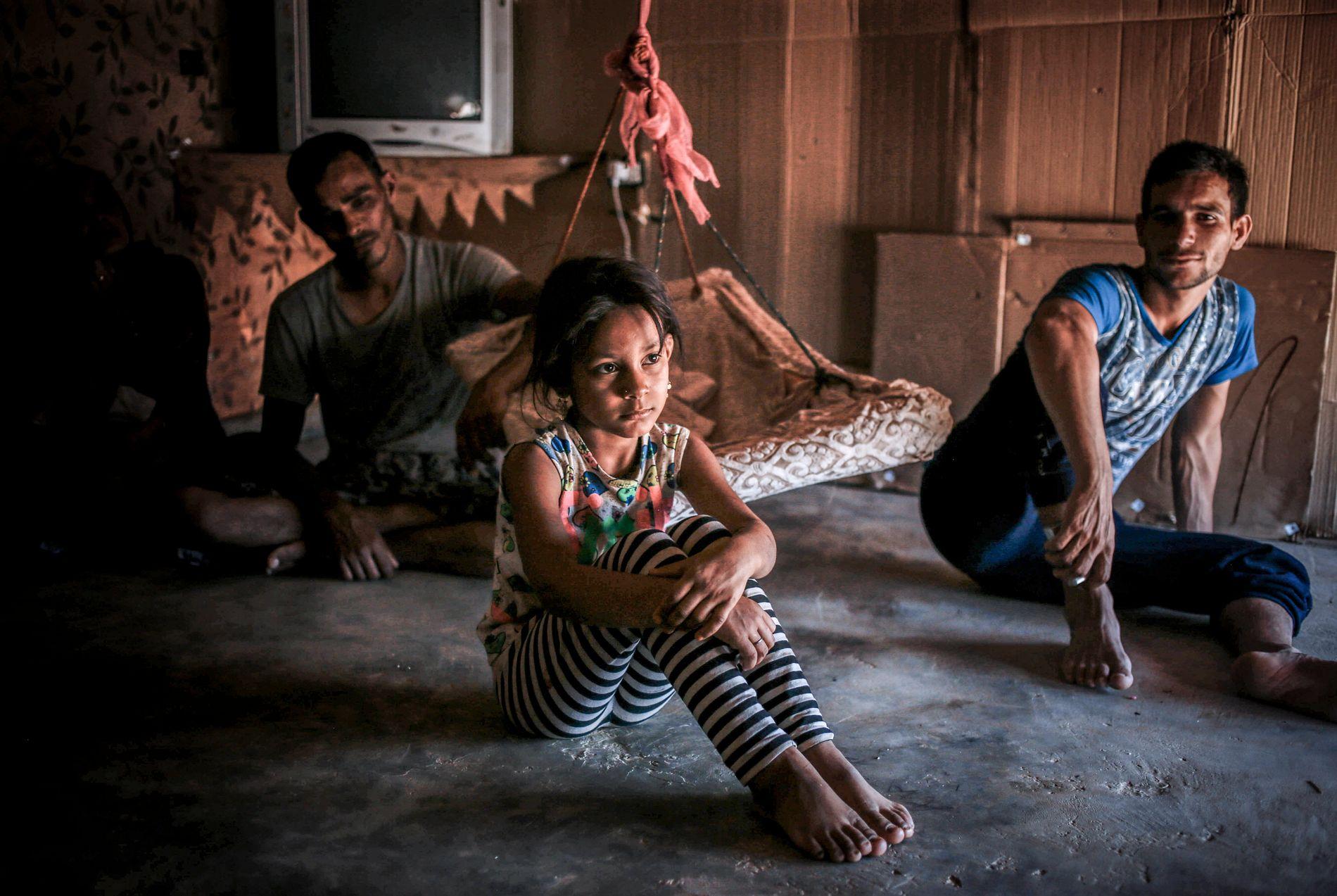 REISE ELLER BLI? Nermin (9) har levd mye av livet på flukt i Libanon. Til høyre sitter Alaa (19), som ønsker å returnere til Syria.