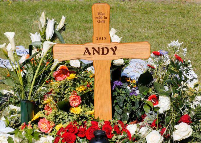 SLIK MINNES LUBITZ: «Her hviler, med Gud - 2015 - Andy» star det på det enkle trekorset ved Andreas Lubitz grav på kirkegården i Montabaur. Hans selvmord tok med seg 149 andre i døden.