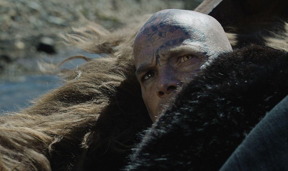 VIKTIG UTSEENDE: Jon synes Jarls reptil-øye er fascinerende og hypnotiserende. Ansiktstatoveringene er inspirert av en amerikansk massemorder. Foto: NRK/Viafilm